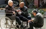 山西81歲農民每月給百歲老媽修腳,他說在媽媽面前年齡再大也是娃