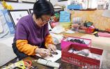 70歲的山西農村老人會做羽毛畫 憑手藝賺錢 晚年幸福生活比蜜甜