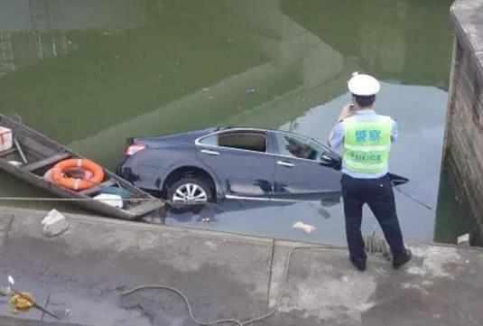 自動擋車在換擋時,若不踩剎車會傷車?
