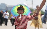 圖蟲人文攝影:北京晴熱曝晒天安門廣場遊客花式遮陽大比拼
