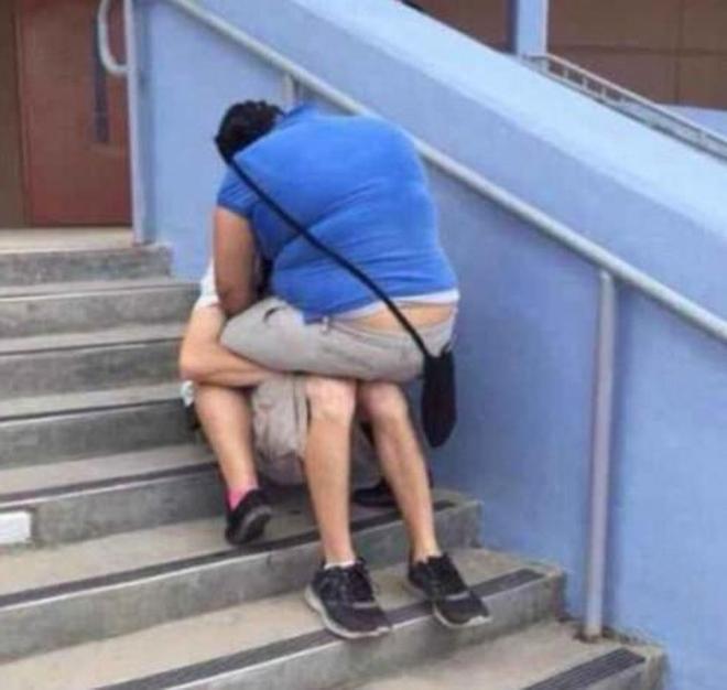 實拍公眾場合公然親熱 國外情侶的這些行為讓人尷尬
