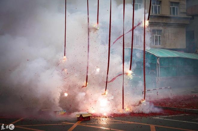 萬條垂下紅絲絛,數條長鞭炮一起點燃,這接親場面可太壯觀了!