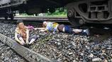 實拍:90後男孩跳下火車救了老人,一條腿被截肢,老人下跪感恩