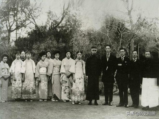 珍貴老照片,末代皇帝溥儀的一生,圖八為東京審判上怒斥日本罪行