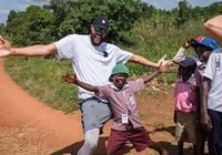 賈維爾-麥基抵達烏干達恩德培,出席公益活動