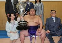 日本相撲手奪冠後51歲母親成賽場焦點!這也太漂亮了吧
