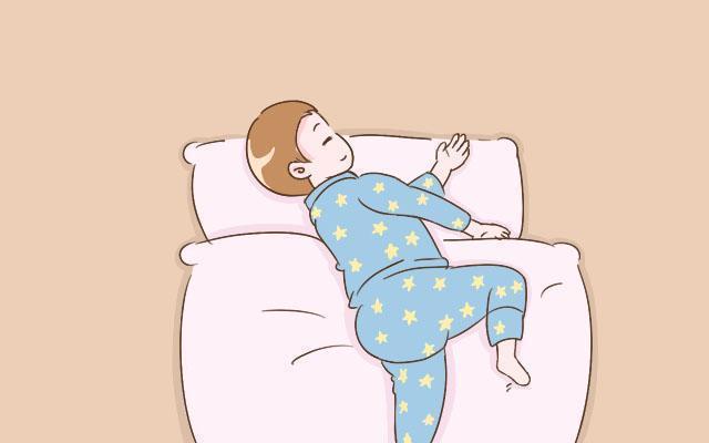 為啥寶寶睡覺愛滿床打滾?家長弄懂背後原因,能讓寶寶睡覺更安穩