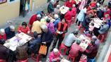 """志願者包2萬個餃子開""""餃子宴"""" 讓千位老人免費吃"""