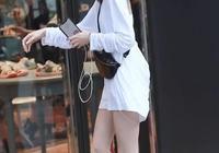 """美女穿一件純色T恤,一轉身""""暗藏玄機"""",看了直男都心動"""