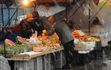 全家人就靠這個水果攤維持生活,每天忙到十點才收攤也掙不了多少