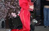 貝拉·索恩潮氣穿搭盡顯高雅好氣質,對鏡甜笑紅火亮眼