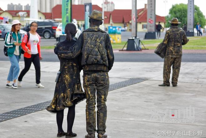 """在城市廣場或旅遊景區看到這些""""活雕塑""""很多人都不敢貿然拍照?"""