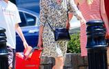 娜奧米沃茨攜子出街,穿花裙優雅減齡,11歲兒子繼承媽媽的高顏值