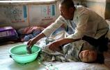實拍:農村7旬老漢終身未娶,只為照顧癱瘓的百歲老母親