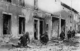 二戰老照片:圖7希特勒在華沙檢閱德軍,華沙市民全部躲在家中!