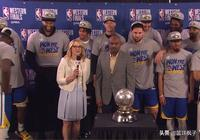 季後賽共打24分鐘,如今躺贏戴上冠軍帽,頒獎時誰注意考神表情?