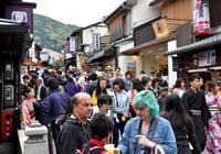 去日本旅遊的中國遊客越來越多,當地商家樂了,日本民眾卻哭了!