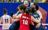 中國女排驚天大逆轉!3比2意大利 朱婷揮拳鼓舞隊友 賽後擁抱慶祝