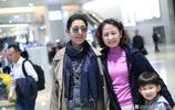 倪萍現身上海機場
