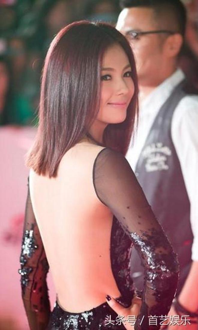 39歲劉濤出席活動,網友吐槽:漏背裝是她的最愛!