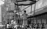 60年前香港街拍:圖1女子穿旗袍戴墨鏡很時尚,圖3男子騎電動車