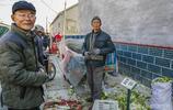 6旬農村大爺賣了1000斤大白菜,買了不到10元錢油條帶回家,心酸