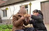 河南13歲女孩騎三輪陪奶奶看病,每月生活費200不捨花 要給弟弟用