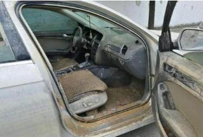 這輛奧迪A4剛從車庫撈出來,打開車門畫面太慘車販看了也搖頭