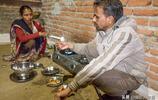 印度鄉村家庭真實生活:女人蹲地上做飯,四歲小孩也沉迷智能手機