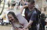 在烏克蘭這個節日裡,小男生們都充滿了激情和活力