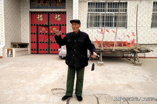 """農村78歲老人天天用彈弓""""看家護院"""",看看他要防什麼"""
