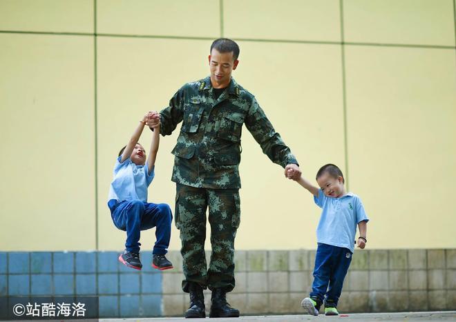 父親節上演軍營版《爸爸去哪兒》兩萌娃為武警爸爸頒發獎章
