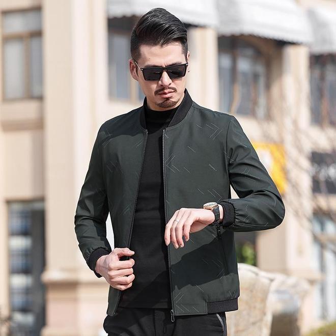 到香港發現:西服沒人穿了,9成男人都穿這開車裝,霸氣舒適體面