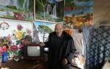 """75歲老人""""隱居""""山下和老伴相依為命,50塊錢買臺電視看了19年"""