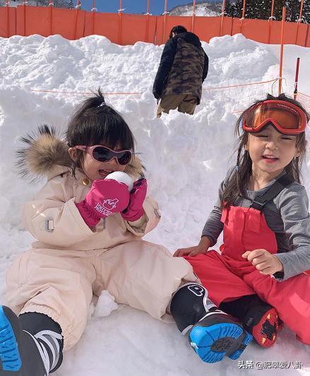 賈靜雯一家第一次滑雪,波妞白天興奮吃雪,晚上和咘咘泡澡,超萌