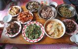 國慶小長假城裡親朋好友幫著忙秋收 幾道農家飯菜把大家吃嗨翻天