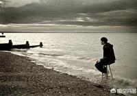 一個男的從不主動交朋友,總是獨來獨往,不擅長交際,身邊也沒朋友,他是不是有問題啊?