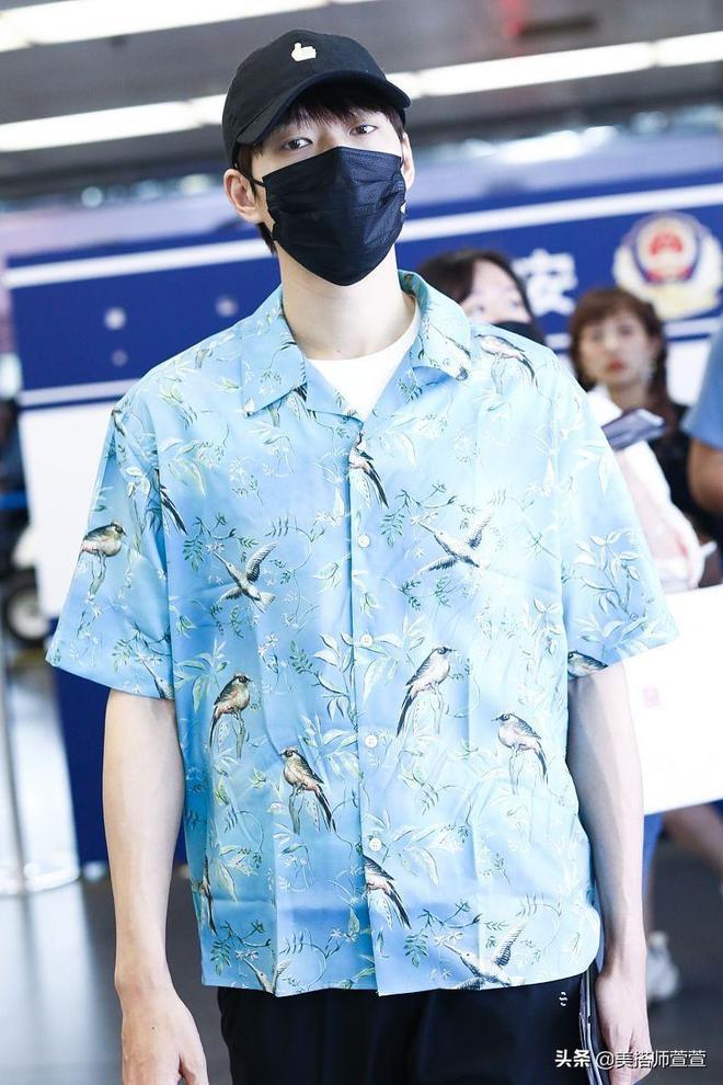 魏大勳藍白穿搭清爽現身機場,戴黑帽口罩遮面眼神呆萌無辜