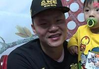 廣東奪第九冠,球隊經理朱芳雨成大忙人,領獎和受訪都帶兒子,這是為什麼?你怎麼看?