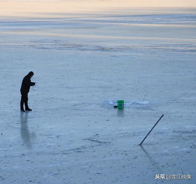 剛結冰的松花江面上,他們鑿洞下網冬捕,撈出了三斤重的大鯉魚