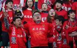 延邊球迷看臺齊唱《延邊不敗》吶喊助威聲勢浩大