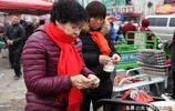 """山西農村8旬老奶奶在年集上賣1種""""稀罕物"""",談笑間賣了個精光"""