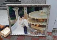 模範夫妻張家輝關詠荷感情生變?街頭現二人婚紗照疑似被丟棄