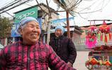 農村78歲老人拉著83歲姐姐趕集4年,她說的原因讓人感動,啥情況