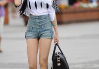 回頭率暴增的美女夏日最佳時尚搭配——白色T恤牛仔短褲,讓你女神範十足