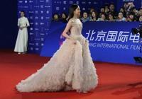 關曉彤為鹿晗慶生後高調走紅毯,穿裸色裙好驚豔,美成全場焦點!