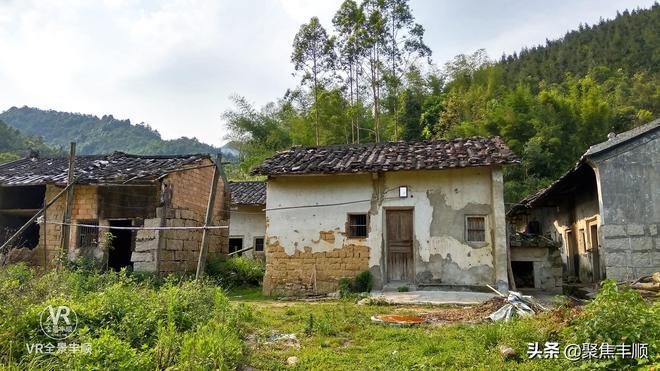 這個廣東農村的村民都去哪裡了?村莊雜草叢生,有座房子非常獨特