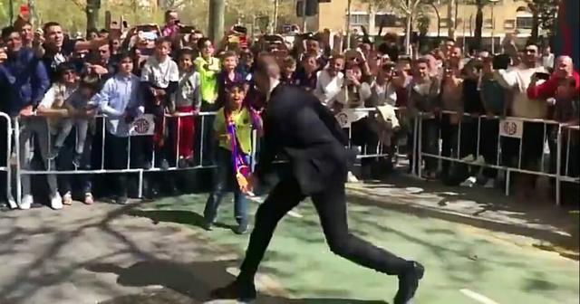 梅西新形象球迷認不出?巴薩小球迷衝刺為時已晚,被安保人員攔住