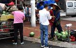 60歲瓜農驅車100裡到城裡賣自家種的西瓜 西瓜賣完了 老人卻蹲在地上發愁