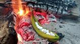 香蕉塞滿棉花糖放入篝火,再次取出成為別樣的甜品